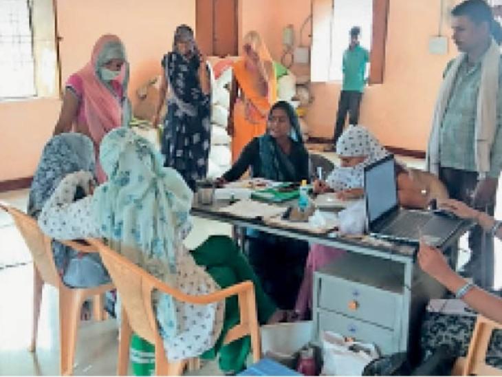 हड़ली पंचायत के टीकाकरण केंद्र पर महिलाओं को खुद लेकर पहुंची सरपंच लीलाबाई। - Dainik Bhaskar