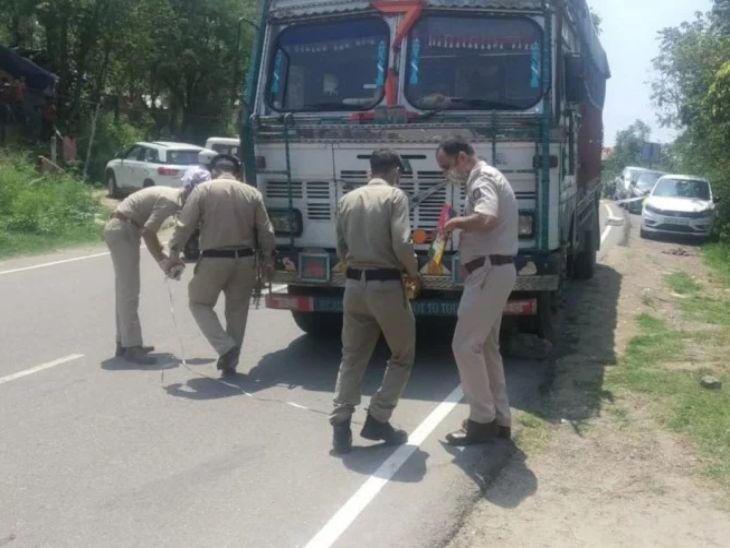 घटनास्थल पर जांच करते पुलिस अधिकारी। - Dainik Bhaskar