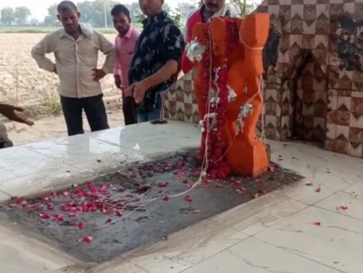 असामाजिक शरारती तत्वों ने समुदाय विशेष के धार्मिक स्थल खंडित कर लगा दी हनुमान की मूर्ति। पुलिस ने तत्काल हटवाया। - Dainik Bhaskar