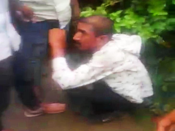 राहगीरों ने युवक की जमकर की पिटाई।