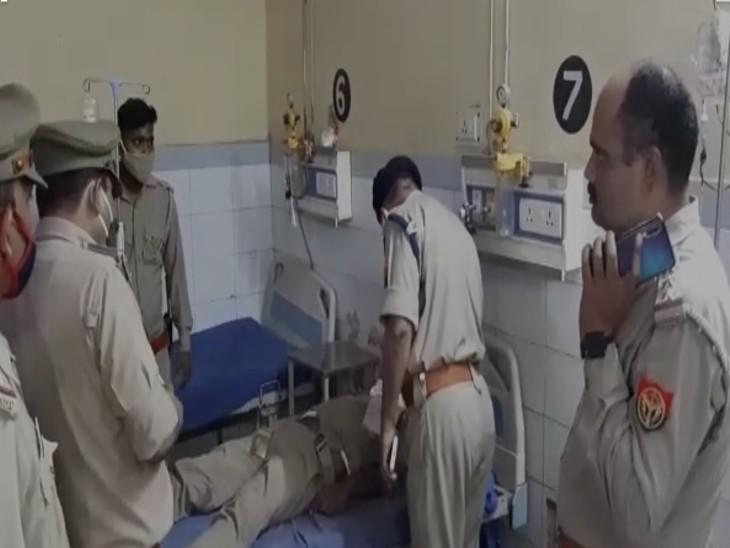 घायल पुलिस कर्मियों को देखने पहुंचे पुलिस अधिकारी। - Dainik Bhaskar