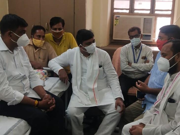 श्रम मंत्री टीकाराम जूली अस्पताल पहुंचे। - Dainik Bhaskar