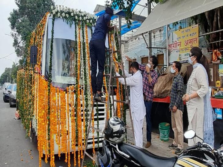 मिल्खा सिंह के पार्थिव शरीर को फूलों से सजे वाहन से श्मशान घाट तक लाया गया। फोटो-लखवंत सिंह