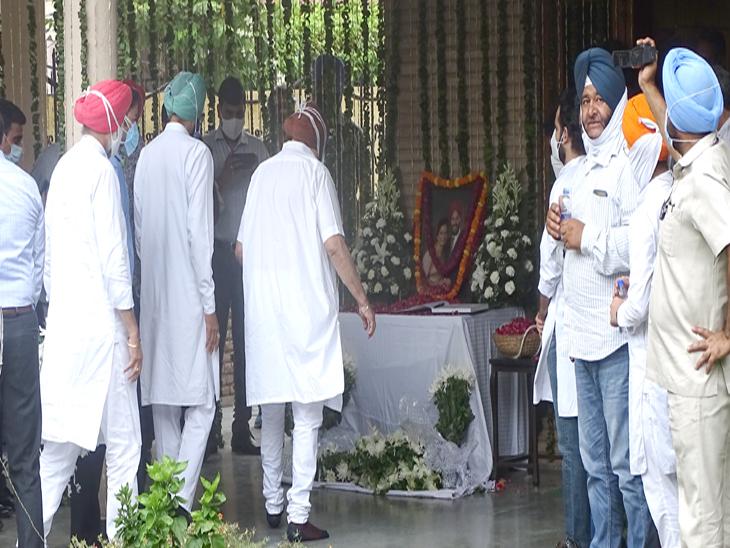 मुख्यमंत्री अमरिंदर सिंह अपने मंत्रियों के साथ मिल्खा सिंह के घर पहुंचे।