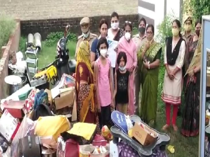 राज्य महिला आयोग की सदस्य इंद्रावास सिंह की टीम ने मौके पर पहुंचकर पीड़ित महिला से मुलाकात की। - Dainik Bhaskar