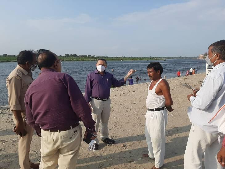 मथुरा में गंगा दशहरा पर्व पर हजारों की तादाद में श्रद्धालु यमुना में स्नान करने आते हैं। - Dainik Bhaskar