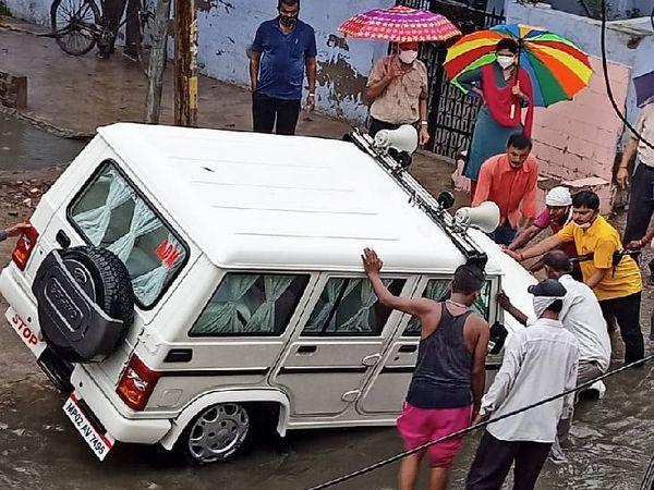 एडीएम इला तिवारी रानी की वाहन नाले में फंसा।
