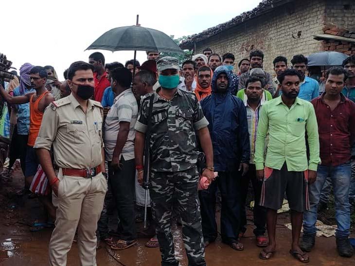 घटनास्थल पर जुटी लोगों की भीड़ और मामले की जांच करती पुलिस। - Dainik Bhaskar