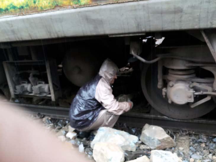 इमरजेंसी ब्रेक लगा राजधानी एक्सप्रेस को रोका, पत्थर से टकराने से इंजन हुआ क्षतिग्रस्त; यात्री सुरक्षित|रांची,Ranchi - Dainik Bhaskar