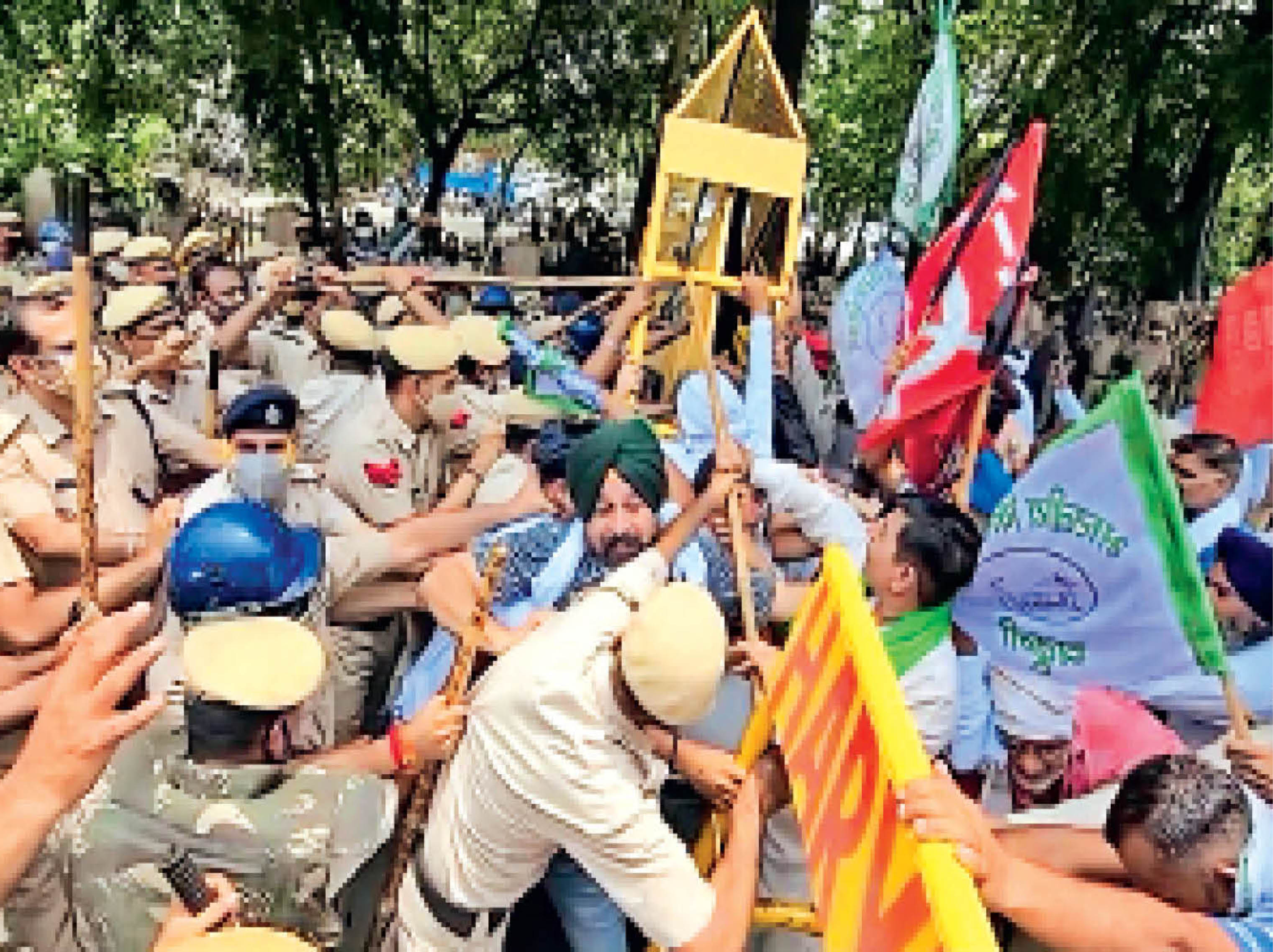 यमुनानगर में झड़प के दौरान पुलिस ने संयम से काम लिया। बाद में किसान नेता भी पीछे हटने को राजी हुए तो किसानों में आपस में भी बहस हुई। - Dainik Bhaskar