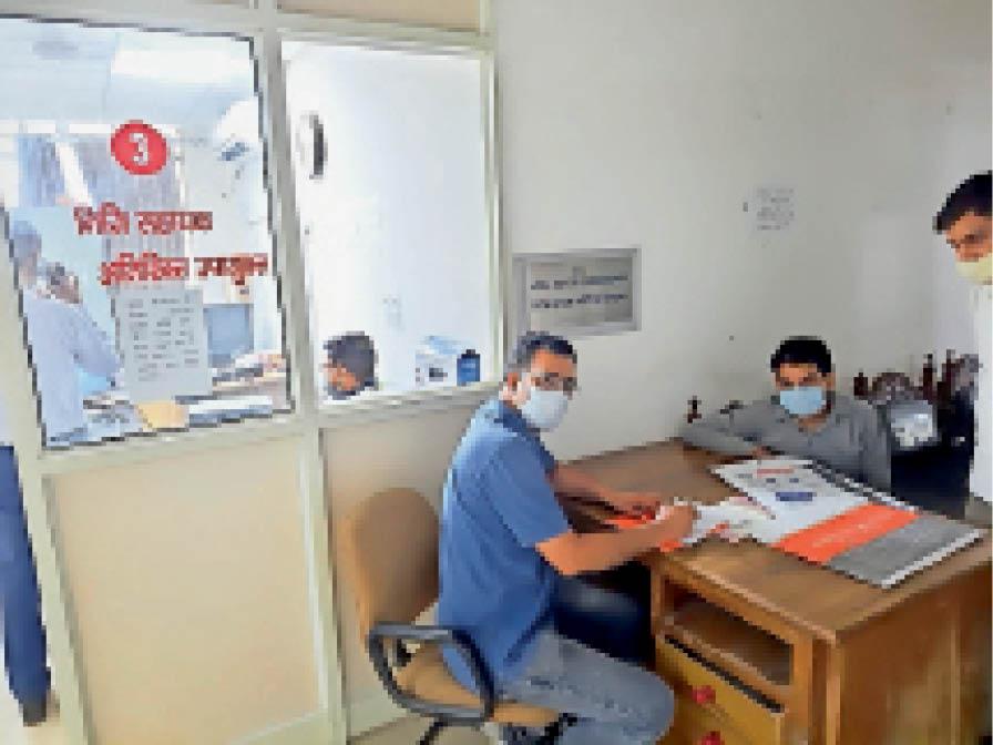 एडीसी कार्यालय में ब्लैक फंगस रोगी को दवा प्रिसक्राइब करते आयुर्वेदिक ऑफिसर डॉ. सुखबीर वर्मा। - Dainik Bhaskar