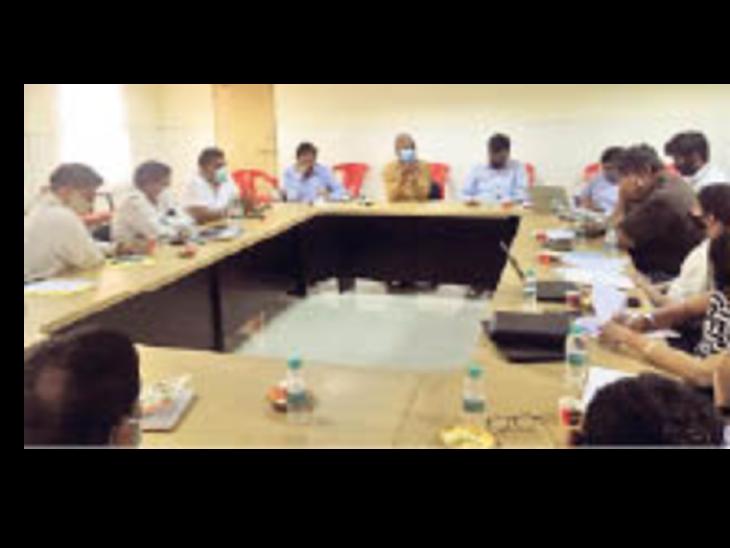 नीमराना. अधिकारियों के साथ बैठक करते औद्योगिक संगठनों के प्रतिनिधि। - Dainik Bhaskar