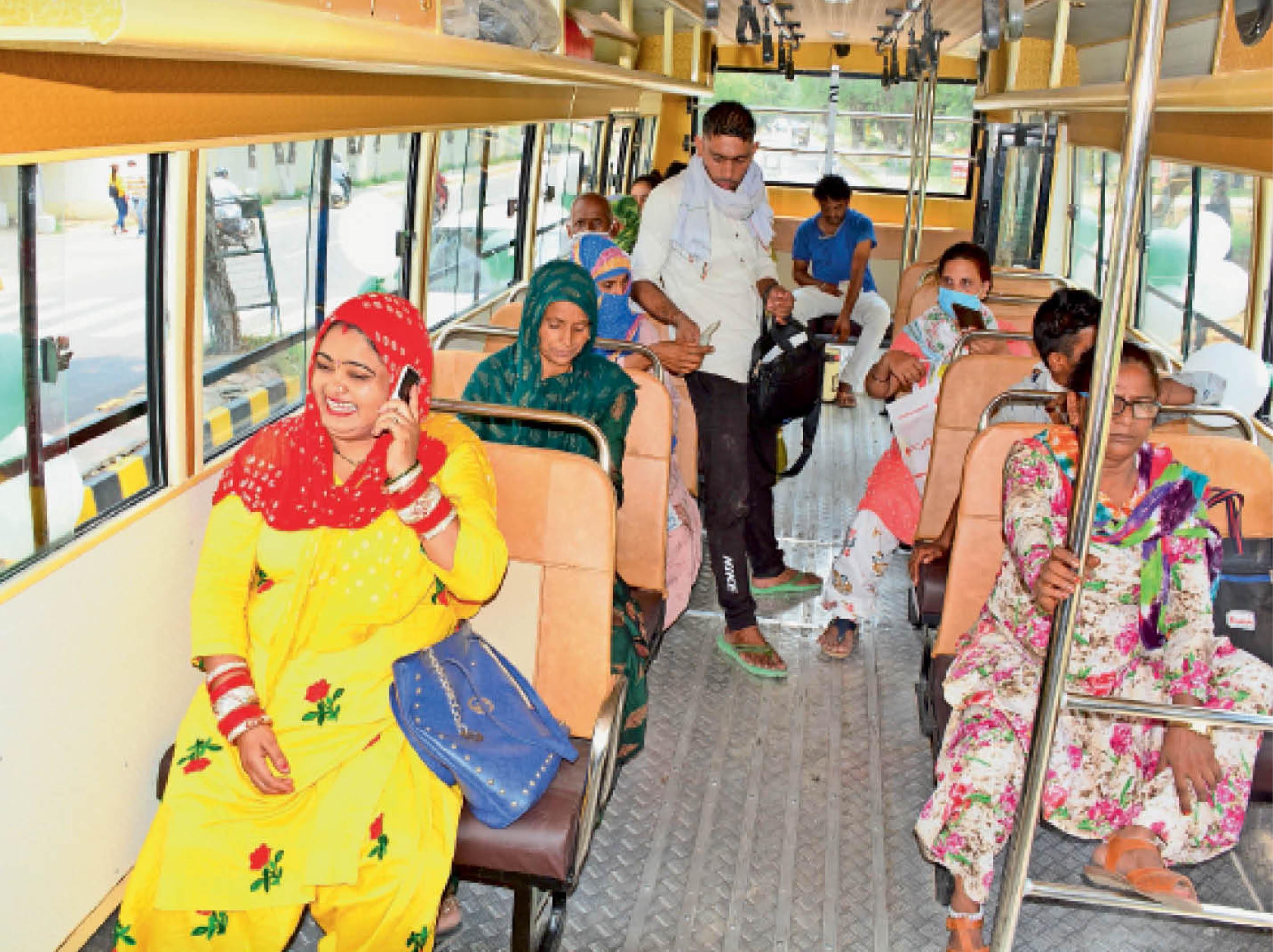 सिटी बस का किराया प्रति यात्री 10 रुपए रखा गया है। शुक्रवार को यात्रियों से पैसे तो लिए गए, लेकिन उन्हें टिकट नहीं दी गई। - Dainik Bhaskar