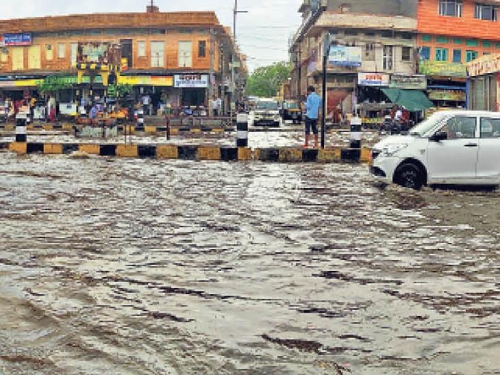 प्री मानसून की पहली बारिश में सड़कें लबालब - Dainik Bhaskar