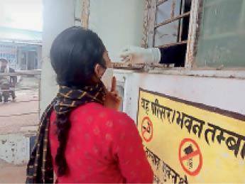 सैम्पल लेते स्वास्थ्यकर्मी - Dainik Bhaskar