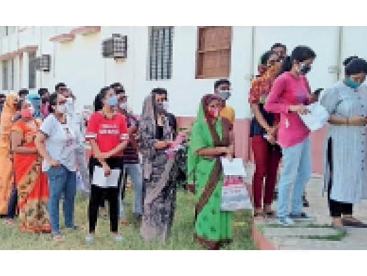 चिड़ावा. डालमिया बॉयज स्कूल के अंदर वैक्सीनेशन के लिए लगी 18-44 उम्र के लोगों की भीड़। - Dainik Bhaskar