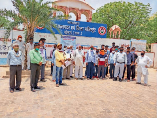 झुंझुनूं. कलेक्ट्रेट पर प्रदर्शन करते अादिवासी मीणा समाज के लाेग। - Dainik Bhaskar