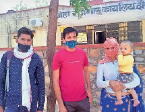 बेरोजगार भत्ते के लिए कार्यालय के चक्कर लगाते युवा। - Dainik Bhaskar