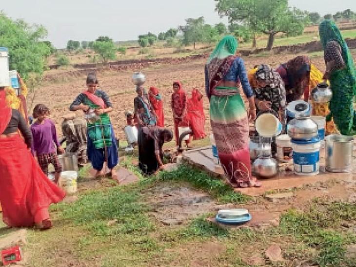सरमथुरा. गांव के एक कुएं पर पानी भरने के लिए जुटी महिलाएं। - Dainik Bhaskar