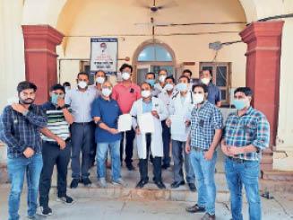 धौलपुर. पीएमओ को ज्ञापन देते डाॅक्टर्स। - Dainik Bhaskar