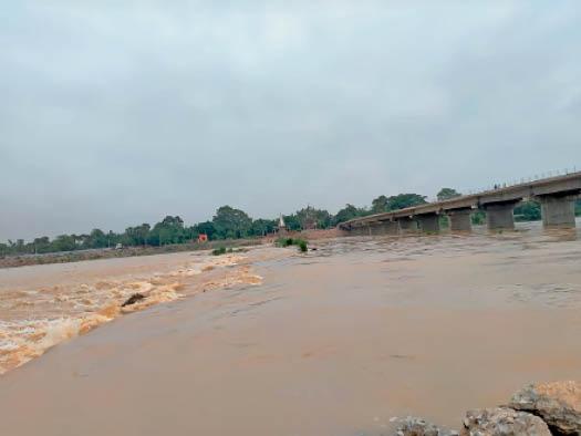 फल्गू नदी पर बने डायवर्सन के ऊपर से बह रहा पानी - Dainik Bhaskar