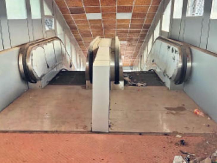 दुर्गापुरा रेलवे स्टेशन : डेढ़ साल से शुरू होने के इंतजार में एस्केलेटर। - Dainik Bhaskar