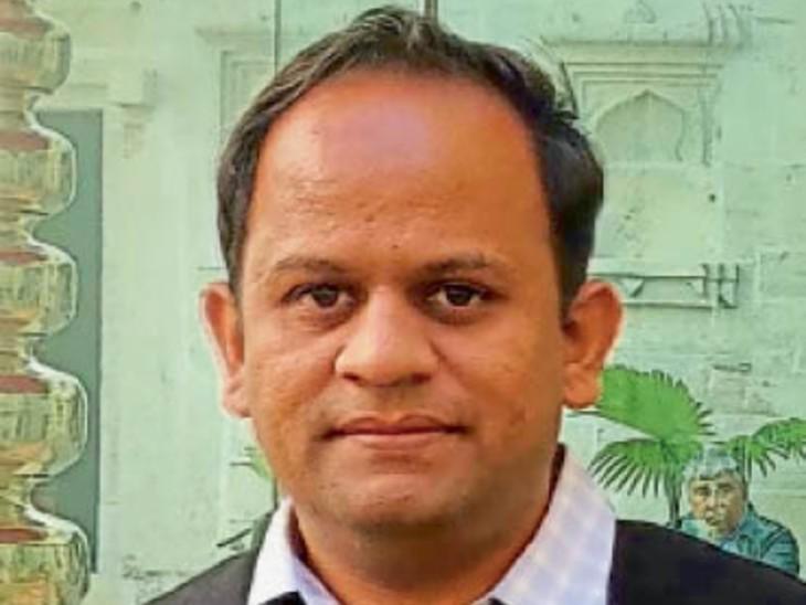 मयंक जैन का कहना है कि प्रशासनिक सेवा में जाने के बाद उनका मन सरकारी स्कूलों के बच्चों को शिक्षा से जोड़ने में ही लगा रहा। - Dainik Bhaskar