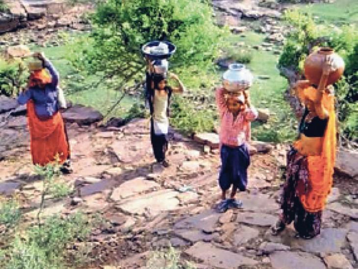 आमरेकी गांव में पहाड़ चढ़कर पानी लाती महिलाएं। - Dainik Bhaskar