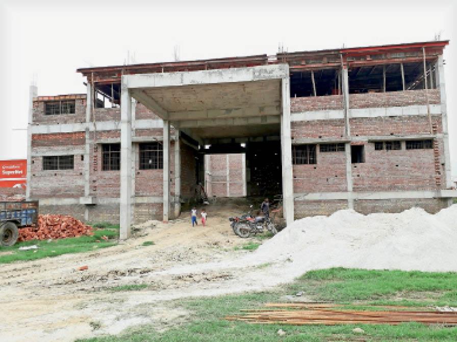 घरौंडा के सरकारी स्कूल के मैदान में तैयार किया जा रहा ऑडिटोरियम। - Dainik Bhaskar