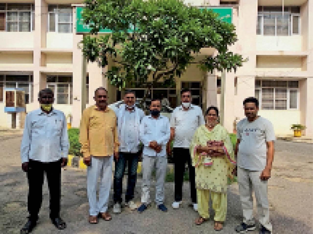 डबल फाटक अंडरपास निर्माण में तेजी लाने के लिए एसई से मिलने पहुंचे पार्षद। - Dainik Bhaskar