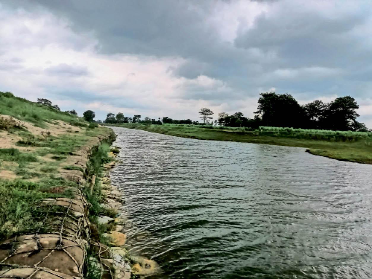 सुप्पी प्रखंड के परसा गांव के पास बागमती नदी का दृश्य। फिलहाल नदियों के जलस्तर में हो रही कमी से बाढ़ का खतरा टल गया है। - Dainik Bhaskar