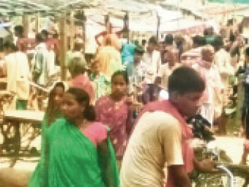 रसलपुर बाजार में बिना मास्क के सामान खरीद कर लाैटती महिलाएं। - Dainik Bhaskar