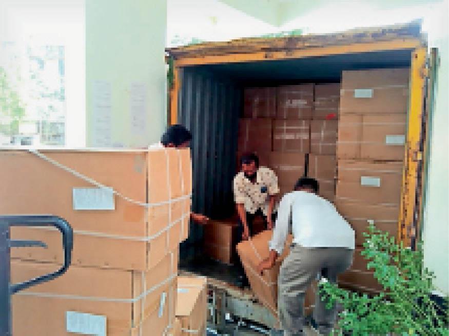 सीएमएचओ कार्यालय में ट्रक से ऑक्सीजन कंसंट्रेटर के बॉक्स उतारते कर्मचारी। - Dainik Bhaskar