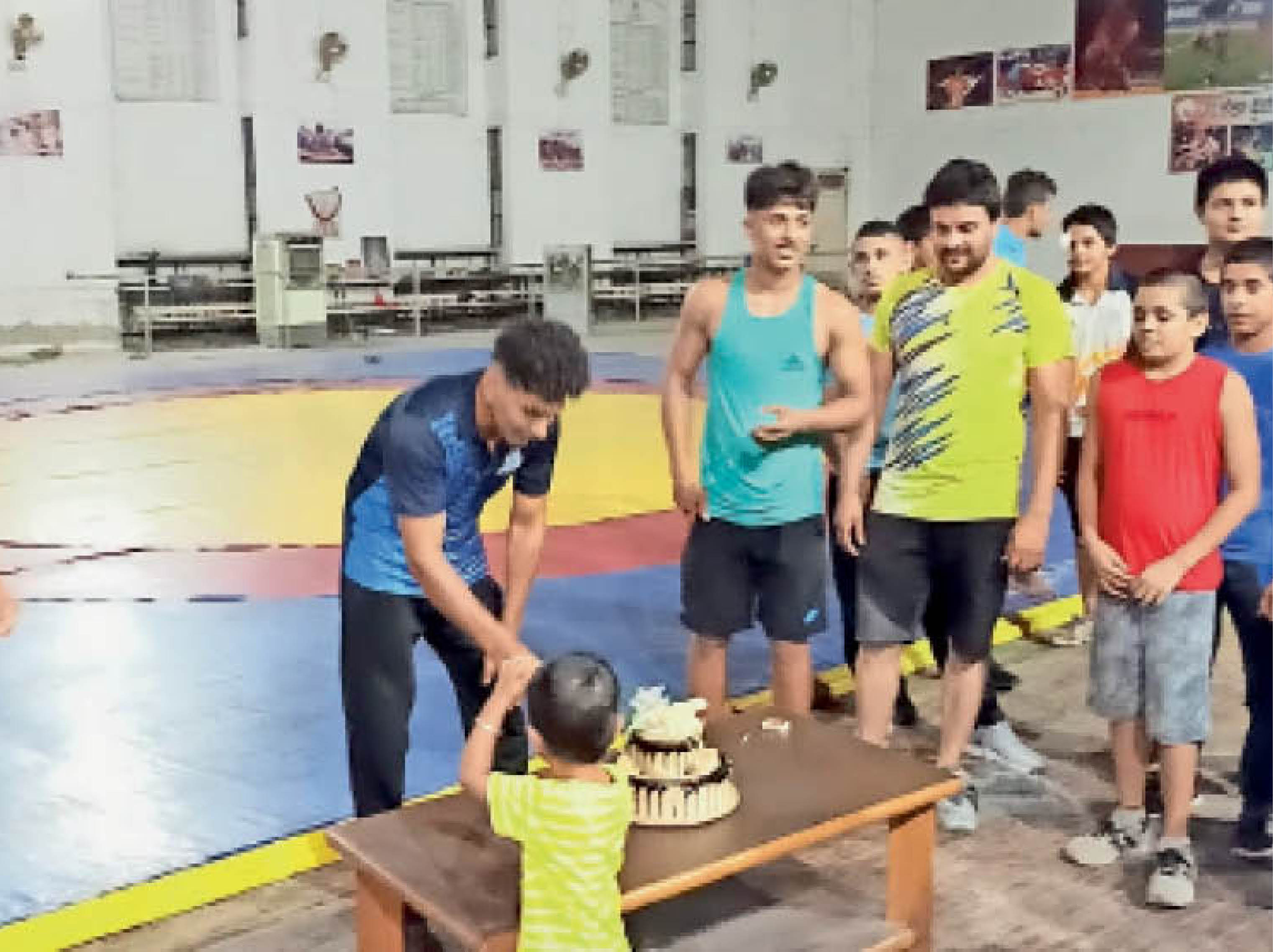 रोहतक. एक साल पहले अखाड़े में अपने जन्मदिन पर केक काटता सतीश व अन्य। - Dainik Bhaskar
