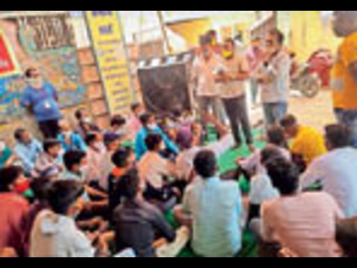 जैतारण. कर्मचारियों के स्थायीकरण की मांग को लेकर समझाइश करते ईओ चारण व चेयरमैन। - Dainik Bhaskar