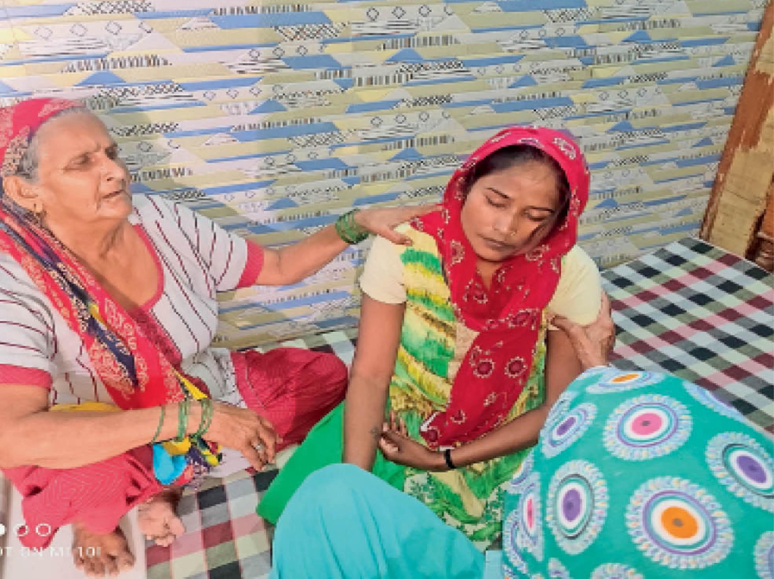 गांव में विलाप करते हुए मृतक मुकेश मुदगिल की मां और पत्नी। - Dainik Bhaskar