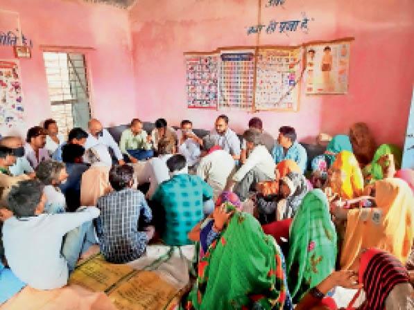 दिग्ठान. शिविर में समस्याओं काे लेकर पहुंचे ग्रामीण। - Dainik Bhaskar