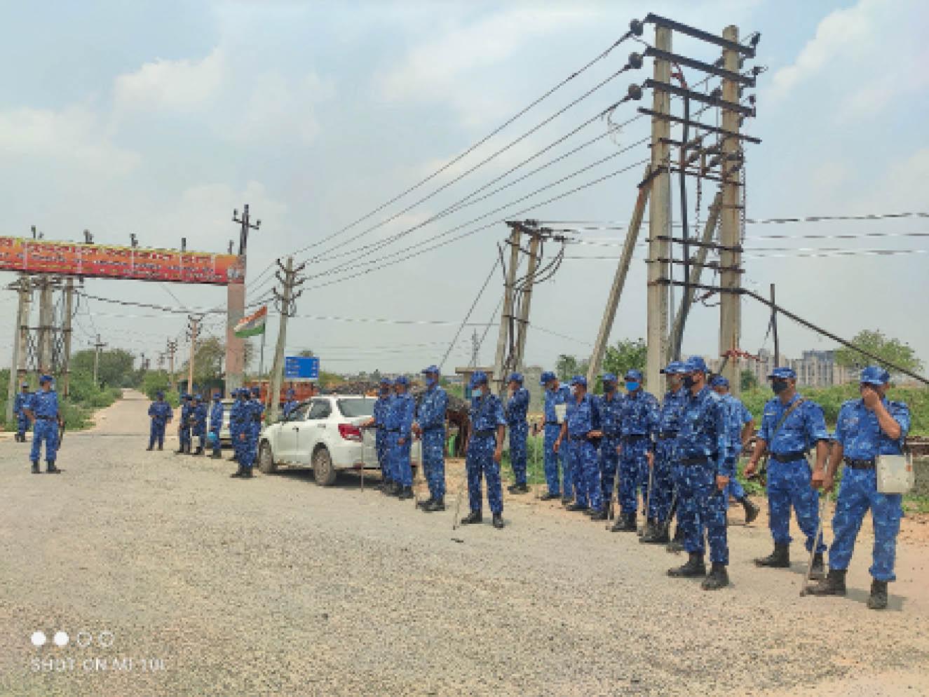 कसार गांव के मुख्य द्वार पर तैनात सुरक्षा बल