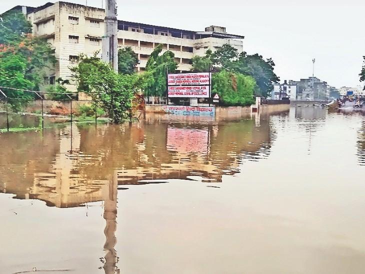 इस साल सीजन की पहली और सिर्फ 1 दिन की बारिश में ही मार्ग बंद हाे गए। फाेटाे -लक्ष्मीकांत नागरे - Dainik Bhaskar