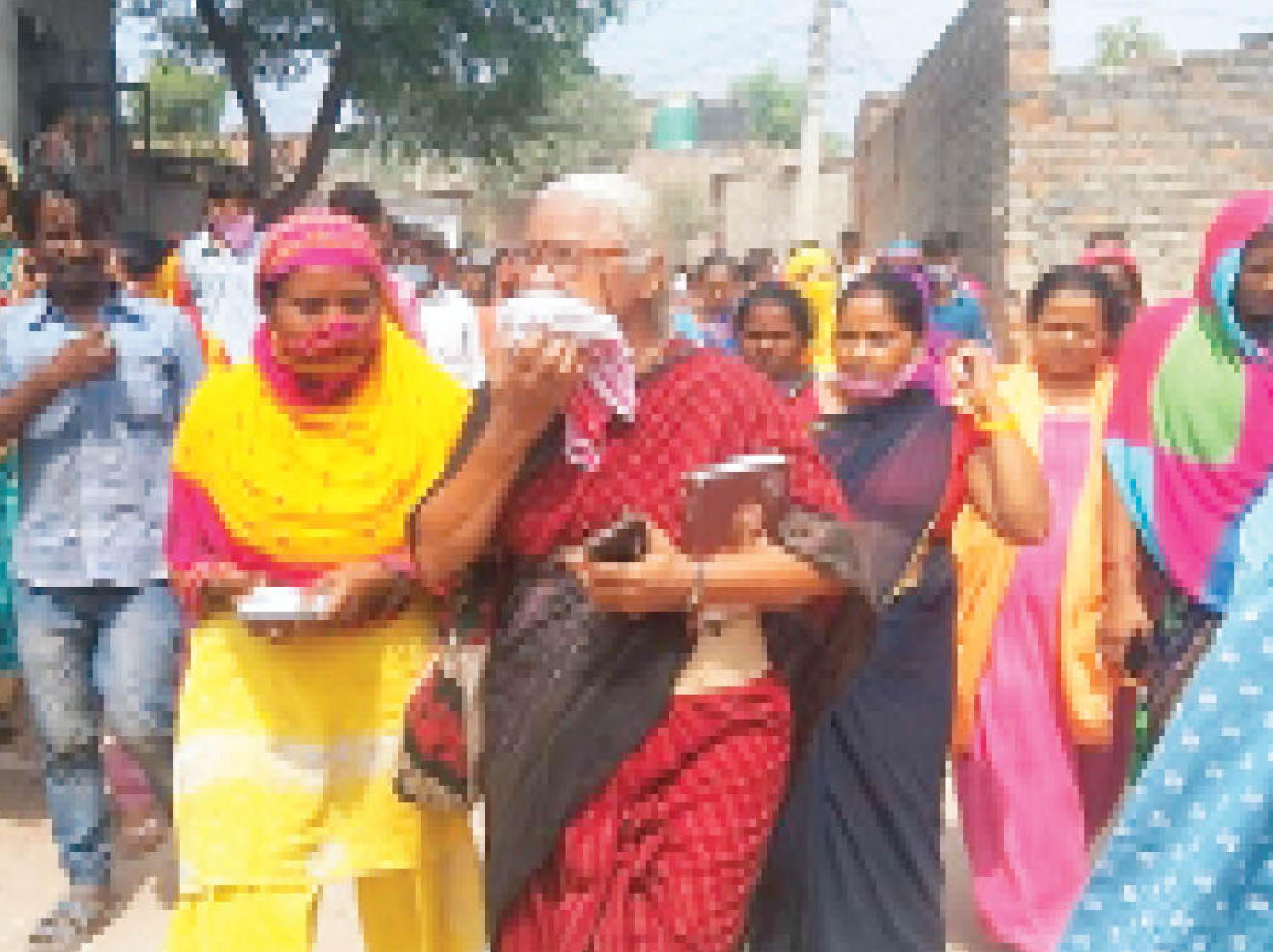 सामाजिक कार्यकर्ता मेधा पाटकर खोरी कॉलोनी का दौरा कर प्रभावित लोगों से मिलती हुईं। - Dainik Bhaskar