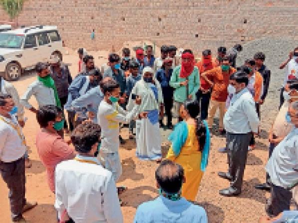 आदिम जाति कल्याण विभाग की प्रमुख सचिव को शिकायत दर्ज कराते ग्रामीण। - Dainik Bhaskar