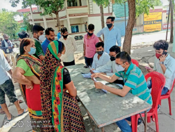 शिविर में बिजली कंपनी अधिकारी-कर्मचारी बिलाें में कर रहे सुधार। - Dainik Bhaskar