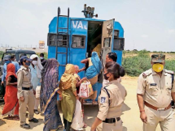 वज्र वाहन में बैठाकर महिलाओं को कोतवाली ले जाती पुलिस। - Dainik Bhaskar