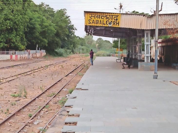 नैराेगेज बंद हाेने से सूना पड़ा सबलगढ़ रेलवे स्टेशन। - Dainik Bhaskar