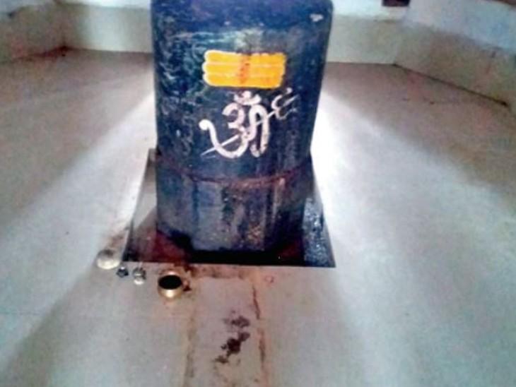 महादेव मंदिर का वह शिवलिंग जिसके सामने नंदी प्रतिमा काे चुरा ले गए बदमाश। - Dainik Bhaskar