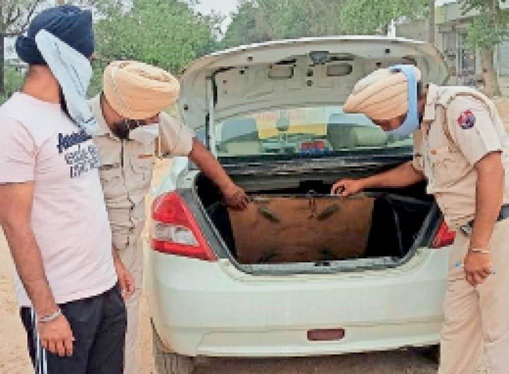 कैथल | डे-डोमिनेशन के दौरान चेकिंग करते पुलिस कर्मचारी। - Dainik Bhaskar