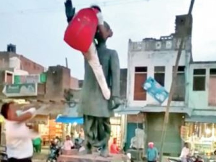 प्रतिमा को क्षतिग्रस्त करते हुए सिरफिरे को लाठी मारता युवक। - Dainik Bhaskar