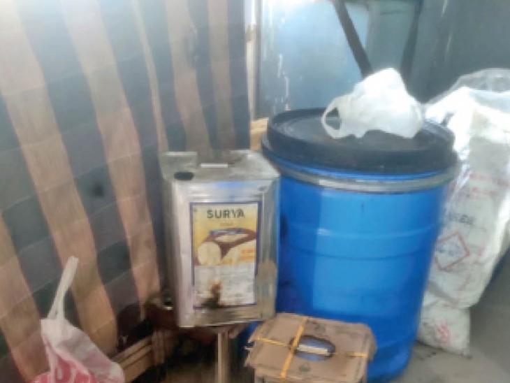स्टेशन राेड थाने में रखा दूध डेयरी से जब्त सामान। - Dainik Bhaskar
