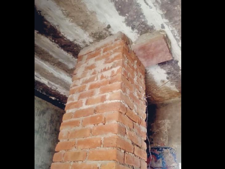भेड़ गांव के एक घर में पटि्टयां टूटने से दिया गया ईंटो का सहारा। - Dainik Bhaskar