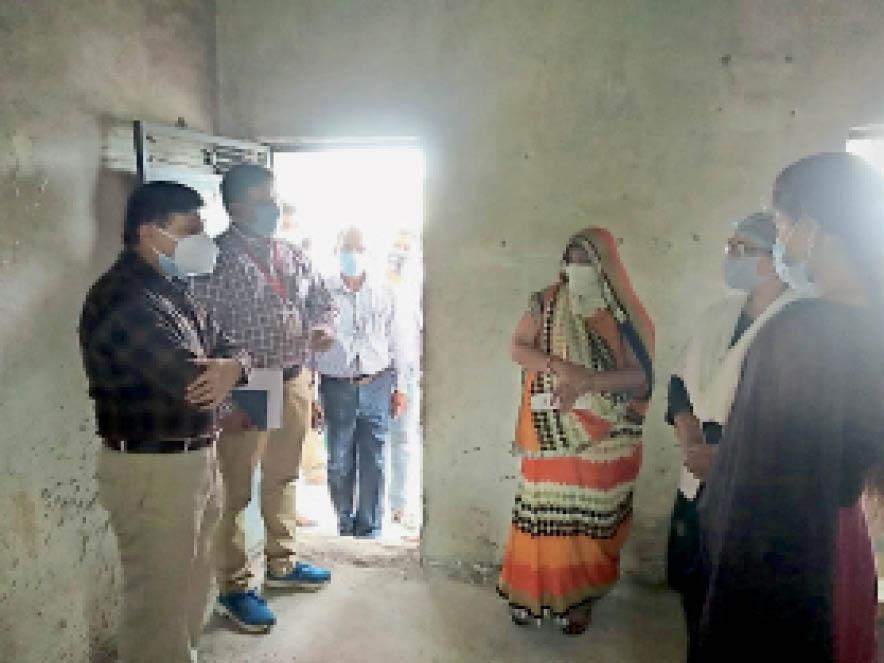 ग्रामीण क्षेत्र में पहुंचे कलेक्टर ने महिलाओं से चर्चा कर वैक्सीनेशन की जानकारी दी। - Dainik Bhaskar
